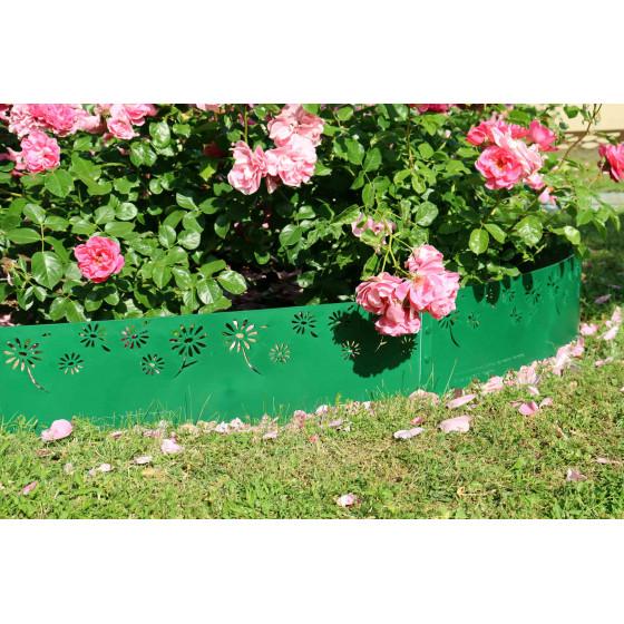 Le rose sublime la bordure de jardin verte