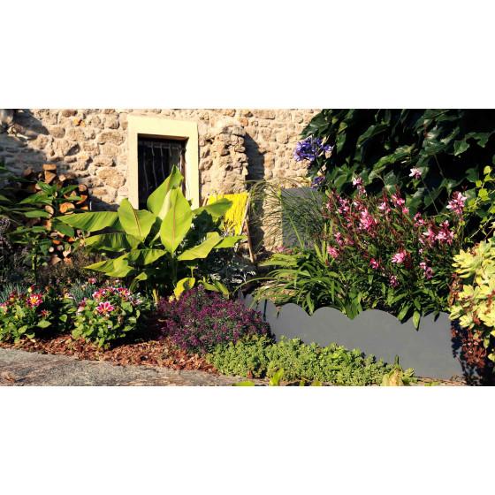 un décor féérique avec cette bordure de jardin en métal